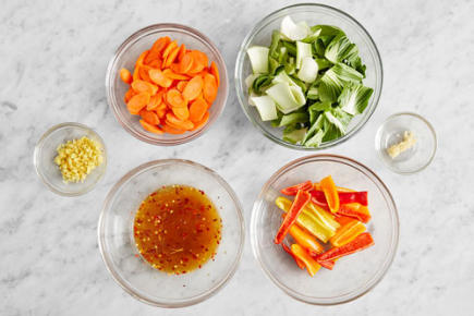 <b>Prepare the ingredients & make the glaze: </b><br>Wash and dry the fresh produce. 