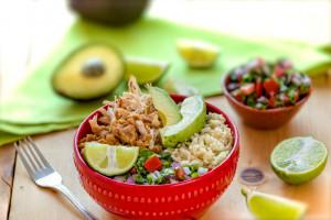 糙米、黄豆碗配鸡肉和鲜果