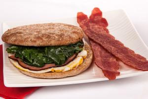 预算友好型鸡蛋,火腿菠菜三明治