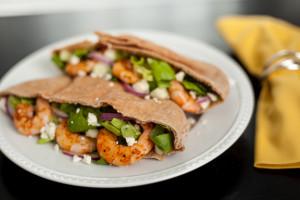 经济实惠的希腊沙拉和烤虾皮塔