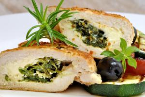 地中海酿鸡肉和蔬菜碎布